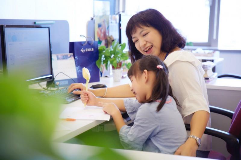 全球人壽舉辦為期2個月的同仁親子夏令營,打造親子一起上班上課環境。